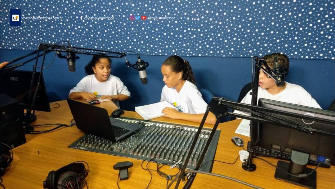 """<p>Primeiramente conheceram a história e a rotina da Rádio Colégio Guarapiranga com a ajuda do nosso radialista Edson """"Charuto"""". Em seguida, os alunos treinaram como dar notícias e deram um """"show"""" na rádio. 7°B e Rádio Colégio Guarapiranga unidos em pról da informação.</p>"""